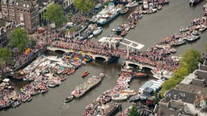 grote-drukte-in-amsterdam-tijdens-canal-parade