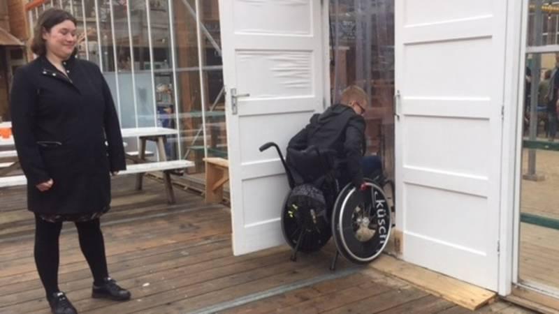 Vluchtroutes voor mindervaliden op festivals te smal: 'ik lig zo omver'