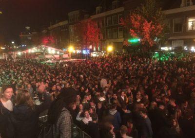 Publieksdrukte 's nachts bij het Leidens Ontzet
