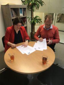 Marianne Dijkshoorn en Syan Schaap tekenen de overeenkomst